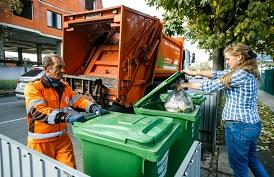 Кто должен заключать договор на вывоз мусора с региональным оператором?