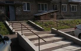 Изготовление и установка поручней на лесенках возле входной группы дома по адресу ул. Социалистическая, 7